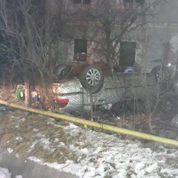 FOTO: A zburat de pe șosea și a rupt doi pomi și un stâlp de electricitate
