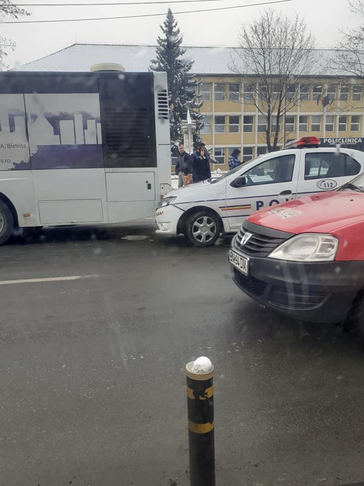 """O mașină de poliție s-a """"înfipt"""" într-un autobuz de transport public, la doi pași de Inspectoratul de Poliție Județean"""