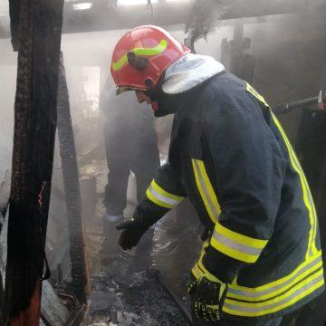FOTO/VIDEO: A ars carnea cu totul, într-un incendiu în Năsăud!