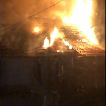 VIDEO – 8 persoane, printre care și un bebeluș, salvați din incendiu! AFLĂ povestea de la Mocod: