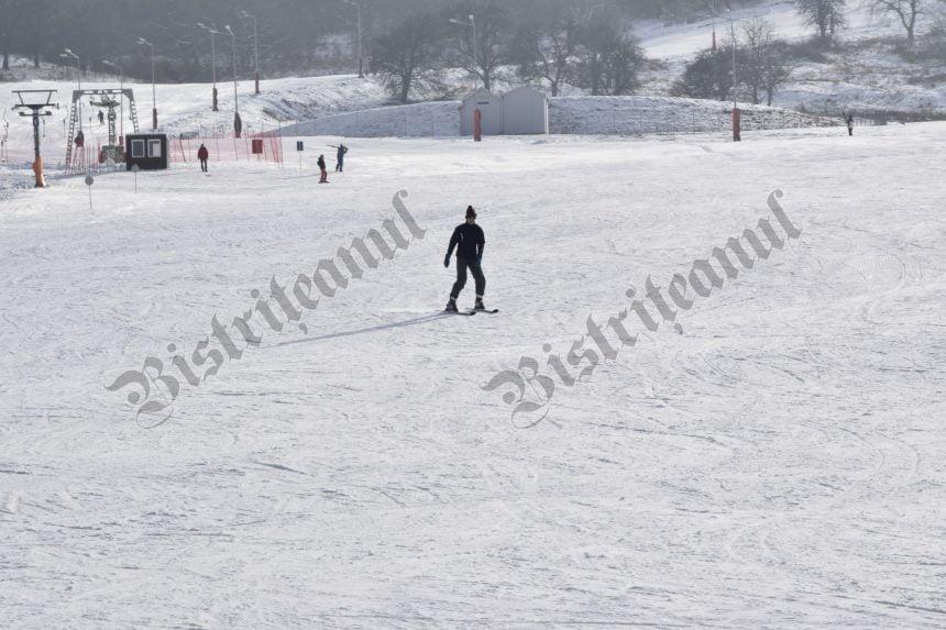 FOTO/VIDEO: Liber la distracție! De la 4 anișori la 82 de ani, și-au luat schiurile și au testat Pârtia Cocoș!