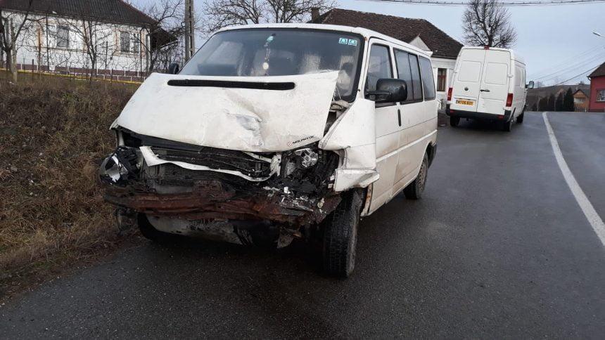 FOTO: N-a adaptat viteza în curbă și a lovit mașina care venea din sensul opus