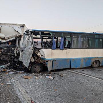 FOTO/VIDEO – GRAV: Coliziune între un camion și un autobuz! O persoană a decedat!