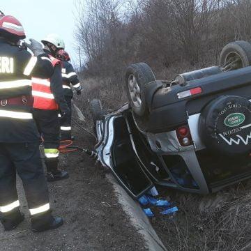 FOTO: S-au răsturnat cu mașina și o persoană a rămas blocată!
