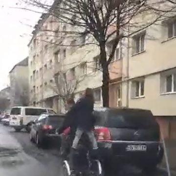 VIDEO – Inconștiență! A pus în pericol viața unor copii, pe o stradă din Bistrița