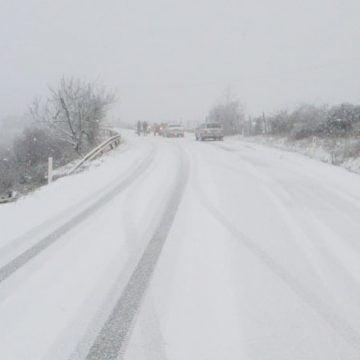 VIDEO/FOTO – NINGE! Dealul Târgului, blocat! Drumul spre Năsăud, aproape impracticabil!