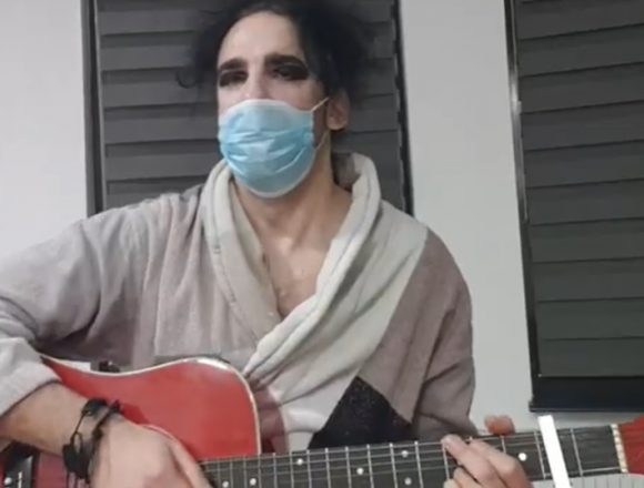 """VIDEO. Cel mai tare imn pentru Coronavirus, compus de un bistrițean: """"Crezi că dacă îți pui mască, nu o să te recunoască…?! Fuuugi!"""""""