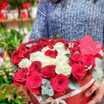 Cutii cu trandafiri și bomboane de ciocolată pentru îndrăgostiți, de Valentine's Day, de la Euforia Floral Boutique