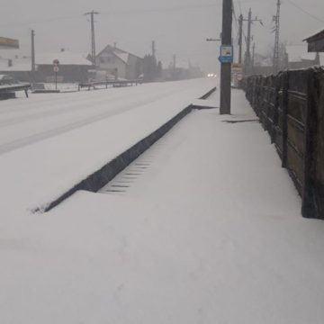 FOTO/VIDEO – A venit iarna pe unele drumuri din județ. Cum se circulă și unde sunt probleme: