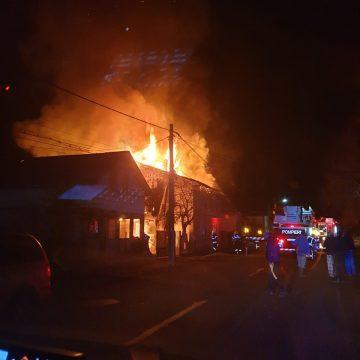 FOTO – DOMNEȘTI: O casă și acoperișul celei de-a doua, distruse într-un incendiu!