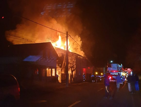 AJUTAȚI! O mamă și patru copii mici au rămas FĂRĂ NIMIC, după incendiul de azi-noapte!