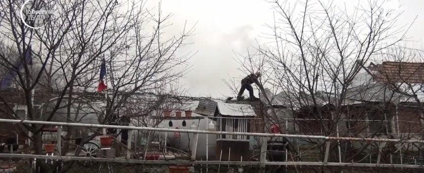 Pățania hilară a unui bistrițean: A rămas fără acoperiș deasupra capului, după ce i s-au împerecheat pisicile în pod