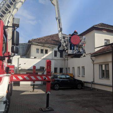 FOTO/VIDEO – Secția de Psihiatrie de pe Someșului: Persoană intoxicată cu fum și una aflată pe acoperiș, salvate de pompieri!