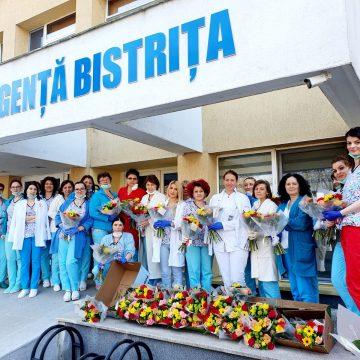 EMOȚIONANT: Flori și cafea proaspătă pentru eroii acestor zile de la Spitalul Județean de Urgență Bistrița