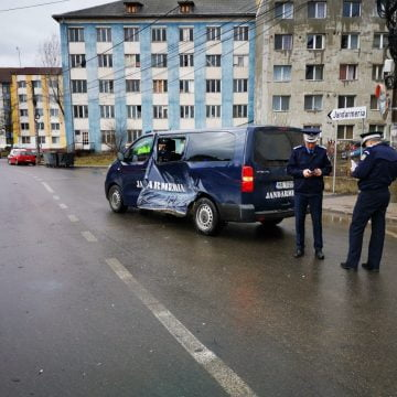 FOTO/VIDEO: A distrus dintr-o lovitură duba Jandarmeriei