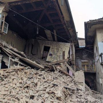 FOTO/VIDEO: S-au auzit două bubuituri, și apoi casa s-a dărâmat! 9 persoane afectate!
