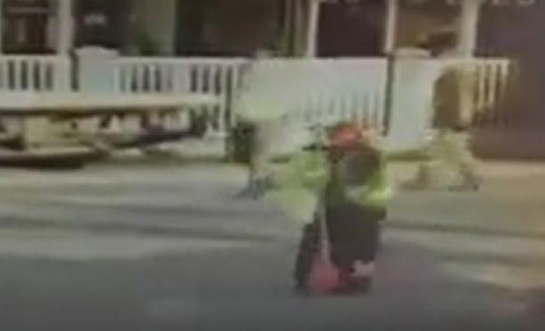 VIDEO- FII REPORTER: Angajat al unei benzinării îmbrâncit de un polițist