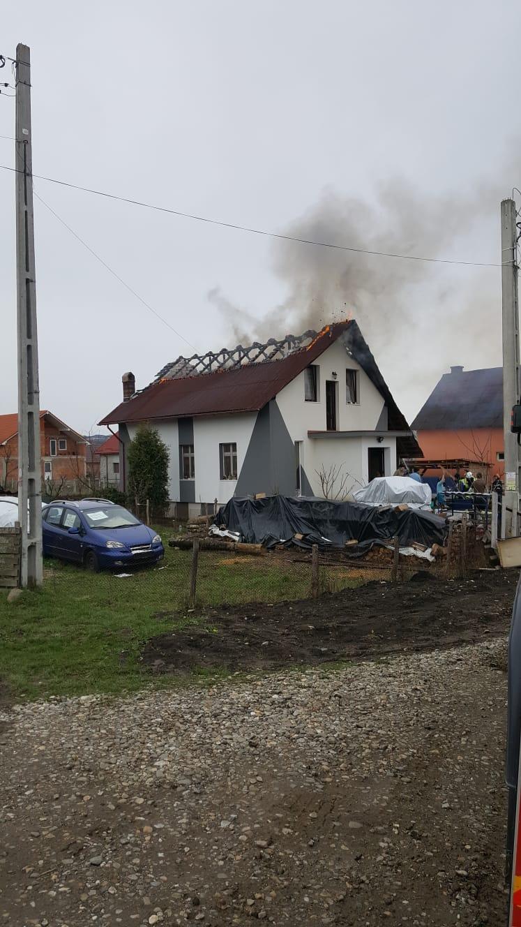 FOTO/VIDEO: Acoperișul unei case din Domnești, cuprins de flăcări!