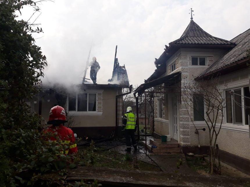 FOTO: Mobilizare impresionantă a localnicilor, voluntarilor și pompierilor pentru a stinge un incendiu