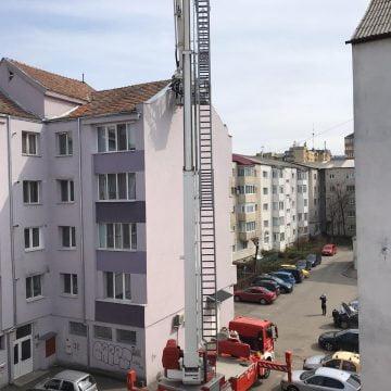 FOTO/VIDEO – Intervenție la înălțime: Tabla de pe acoperișul unui bloc amenința să cadă!