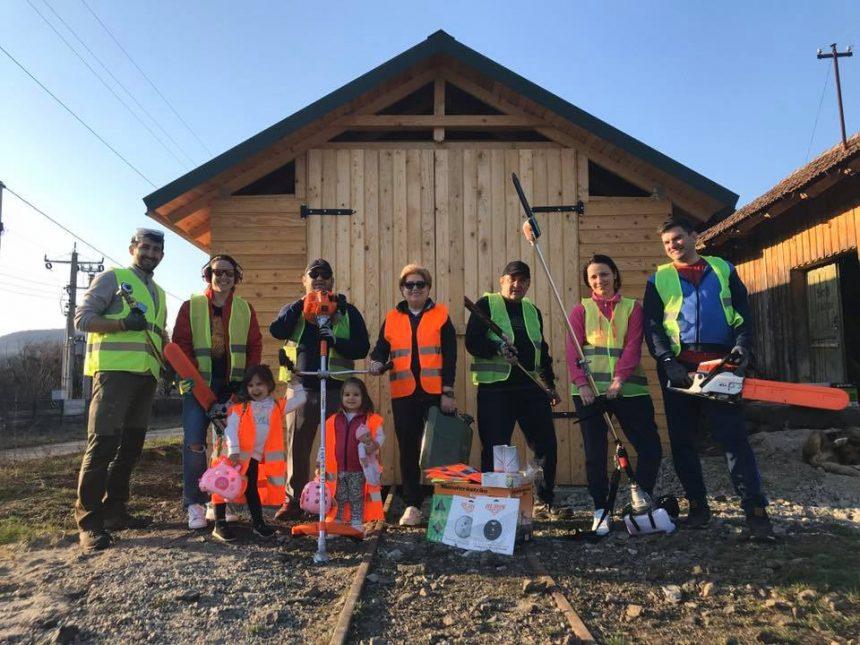 SUPER-GEST din partea voluntarilor Mocăniței Transilvaniei: distribuie alimente la cerere pe traseul vechiului tren