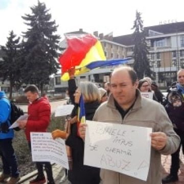 FOTO: NU VACCINĂRII! Zeci de bistrițeni au protestat împotriva legii vaccinării obligatorii