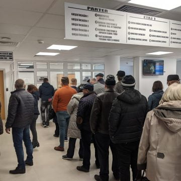 FOTO: Inconștiență sau spirit civic?? Zeci de oameni pe la instituții, să-și plătească dările!