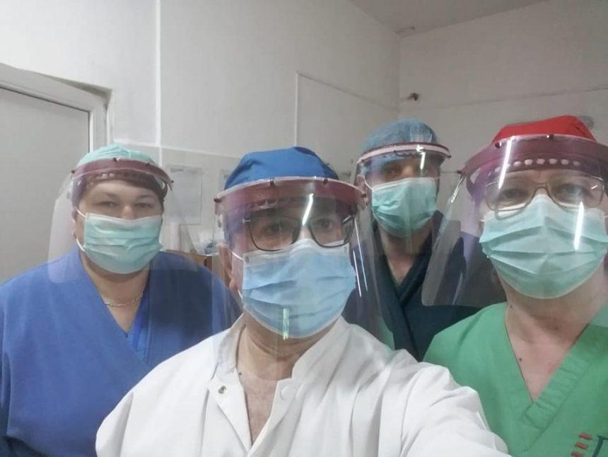 LĂUDABIL! Adolescenții pasionați de robotică sar în ajutorul spitalelor și pun la treabă imprimantele 3D
