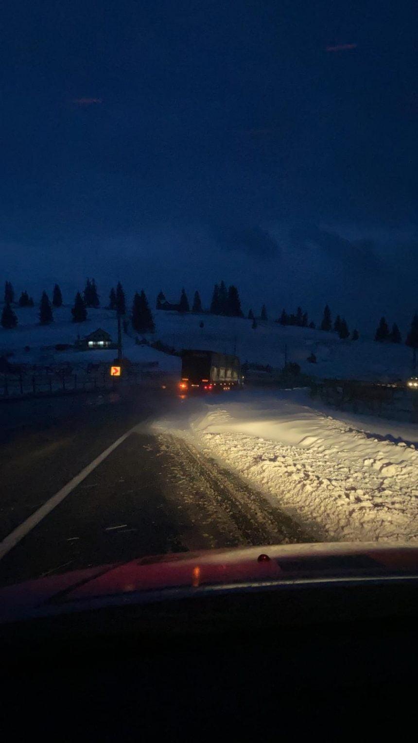 FOTO/VIDEO: Iarna se instalează din nou! Zăpadă viscolită în Pasul Tihuța!