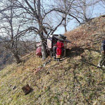 FOTO: GRAV accident în Rebra! O mașină a căzut într-o prăpastie. Elicopterul SMURD, chemat în ajutor