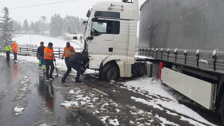 FOTO/VIDEO: Accident cu două autotrenuri implicate, în Pasul Tihuța!