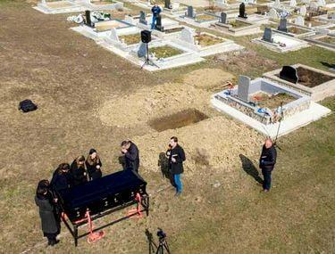 """Înmormântare cu zeci de persoane în comunitatea de romi din Sărățel. Polițiștii, chemați să """"facă curat"""""""
