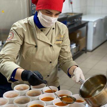 FOTO/VIDEO: SURPRIZĂ culinară de proporții, pentru angajații spitalului, de la Chef Nina