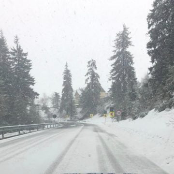 FOTO/VIDEO : Ninge în Tihuța! Vreme rece și viscol, până deseară!
