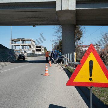 """FOTO: Au început lucrările la """"stâlpul morții""""! Betak ajută la montarea parapetelor de siguranță"""