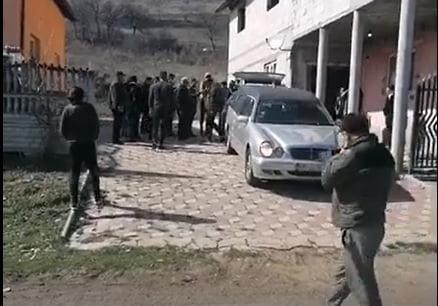 """VIDEO: Un priveghi """"ilegal"""" de la Pinticu Tecii, cercetat de polițiști"""