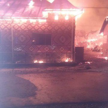 FOTO/VIDEO: Incendiu puternic în Șieuț! Patru gospodării au fost cuprinse de flăcări