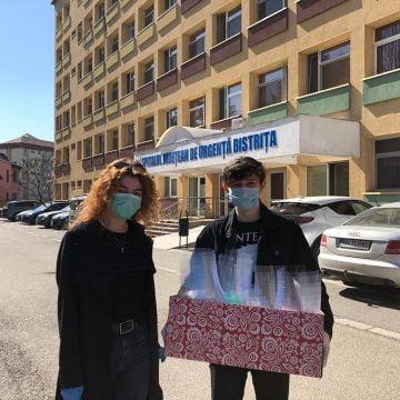 Zeci de viziere, donate azi spitalului de echipa de robotică din Bistrița