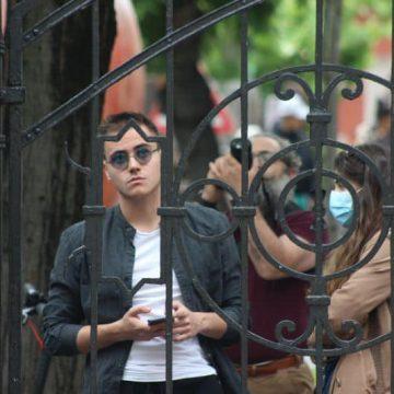 FOTO/VIDEO. Priviri triste, din spatele gardului: Ultima zi de liceu, pentru absolvenții claselor a XII-a