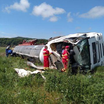 FOTO/VIDEO: Un șofer băut s-a răsturnat cu cisterna încărcată cu lapte