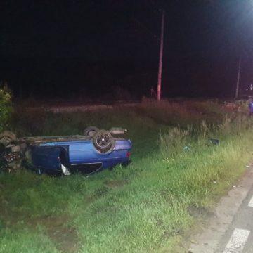 FOTO: O tânără șoferiță a ajuns cu roțile-n sus după ce a lovit un stâlp de electricitate