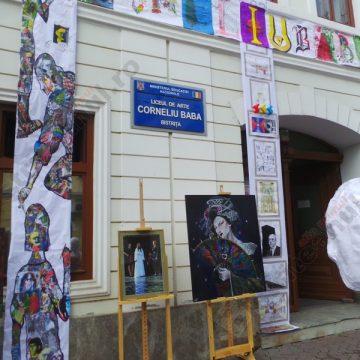 OCAZIE pentru elevii din Bistrița: O lume întreagă de imagini, forme, simboluri, nuanţe, lumini şi umbre – la picioarele lor