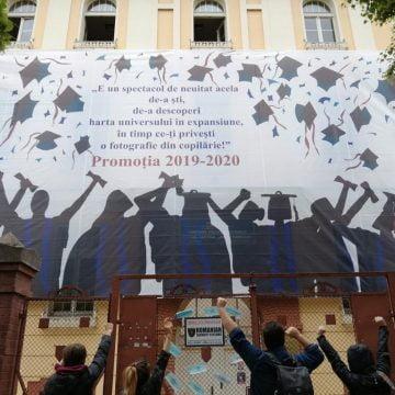 """EMOȚIONANT ADIO: Din fața liceului, profesorii de la """"Andrei Mureșanu"""" își vor lua rămas bun de la elevii de-a XII-a"""