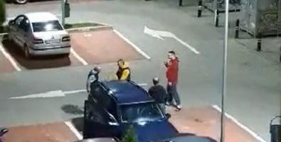 VIDEO: Chef în miez de noapte, într-o parcare din Năsăud! Apoi ar fi făcut ture cu mașina prin oraș, beți fiind!