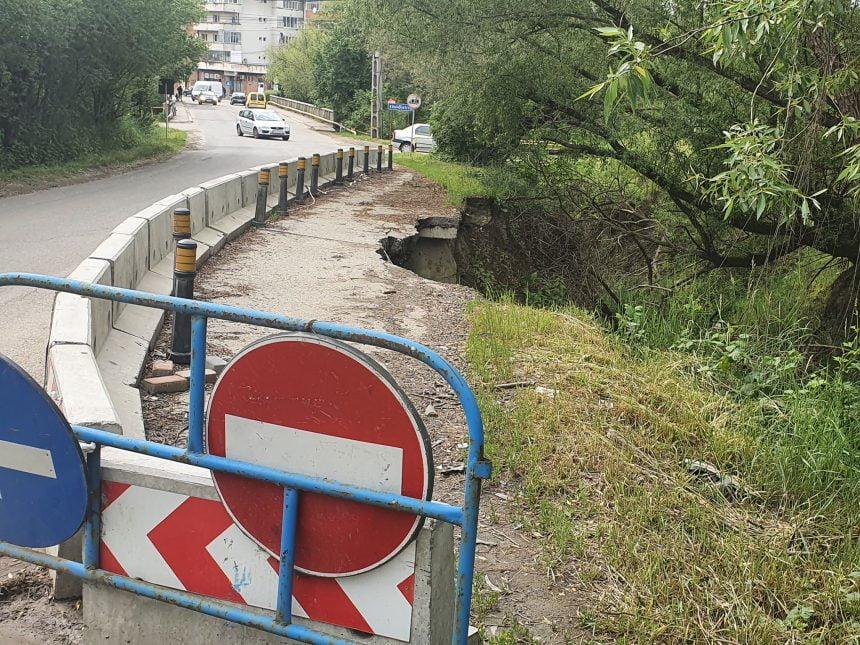 Guvernul n-a mai alocat bani pentru drumul surpat spre Jelna! CÂND s-ar putea repara: