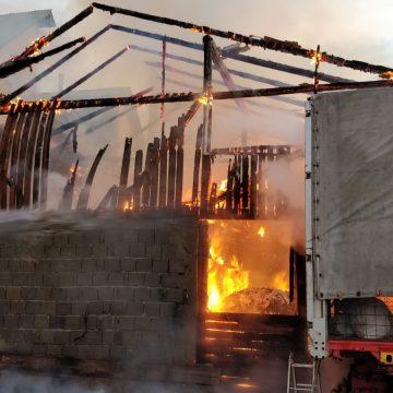 FOTO/VIDEO: Incendiu puternic la Năsăud! Zeci de pompieri s-au luptat cu flăcările ore întregi