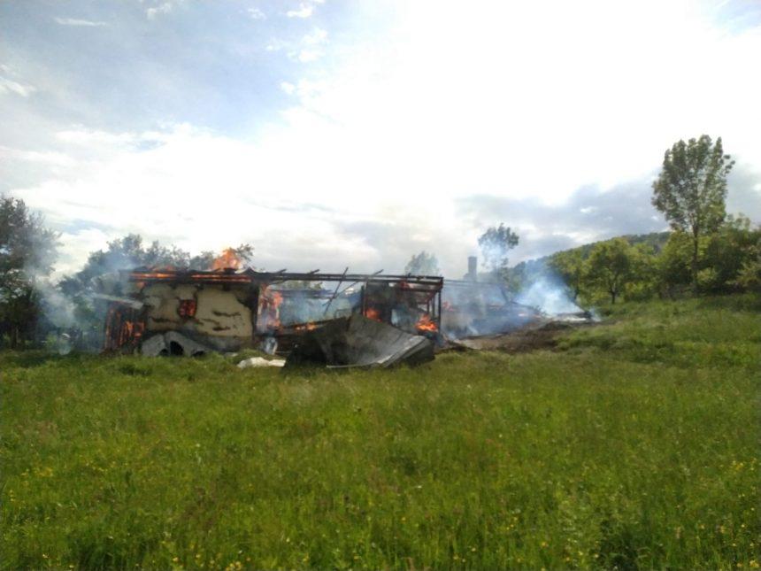 FOTO: Băiețel de 10 ani, rănit în incendiu! Salvatorii n-au putut ajunge în zonă decât pe jos