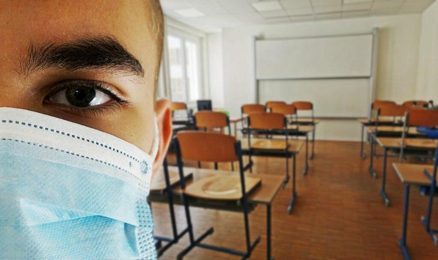 Elevii și profesorii NU au voie la examenele naționale cu o temperatură mai mare de 37,3 grade Celsius