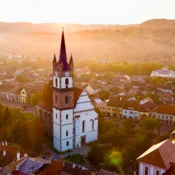 O echipă bistrițeană lucrează intens la reabilitarea Bisericii Evanghelice! CARE e stadiul lucrărilor: