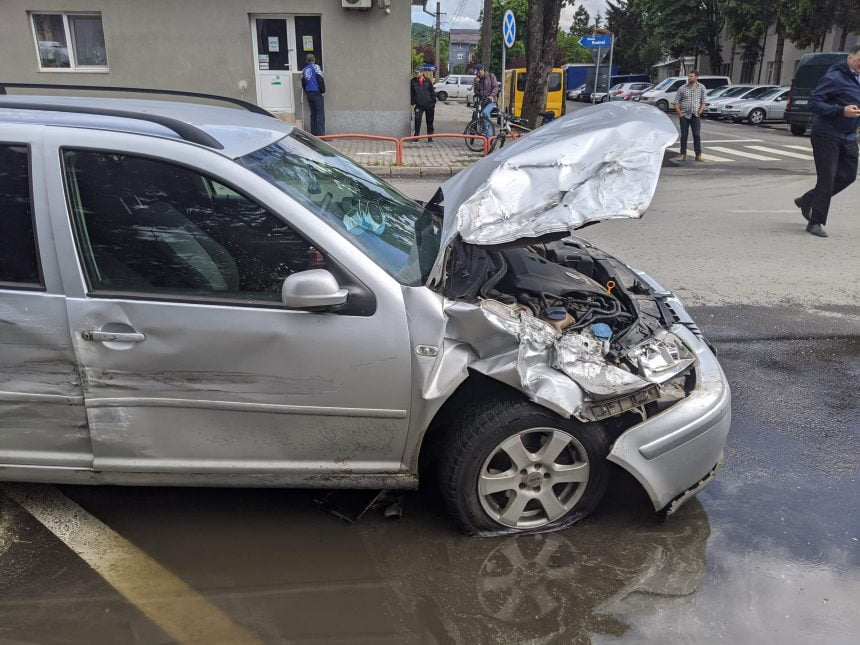 FOTO/VIDEO: Un șofer băut a provocat un accident pe strada Rodnei